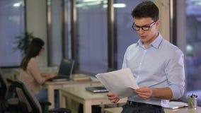 Asistente social que analiza indices de desempleo en la ciudad, mercado laboral, freelancer metrajes