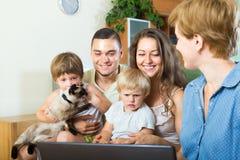 Asistente social que habla con los padres Fotos de archivo libres de regalías