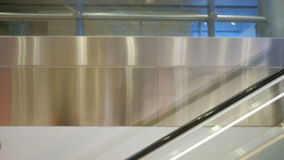 Asistente y pasajeros de vuelo con de las maletas la escalera móvil abajo almacen de video