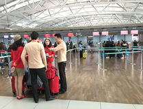 Asistentes aéreos de Vietjet en el aeropuerto de Seul Foto de archivo