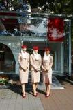 Asistentes de vuelo de la línea aérea de los emiratos en la cabina de la línea aérea de los emiratos en Billie Jean King National  Imagenes de archivo