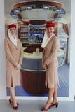 Asistentes de vuelo de las líneas aéreas de los emiratos en la cabina de las líneas aéreas de los emiratos en Billie Jean King Na Imagenes de archivo