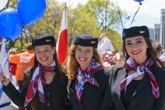 Asistentes de vuelo de LOT Polish Airlines que desfilan durante estafa polaca foto de archivo