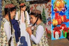 ASJABAD, TURKMENISTÁN - enero, 04, 2017: Árbol del Año Nuevo en t Foto de archivo