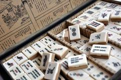 Ask av av Mahjong tegelplattor royaltyfri foto