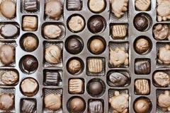 Ask av blandad choklad Valentine Candy Arkivbild