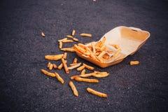 Ask av chiper på jordningen fotografering för bildbyråer