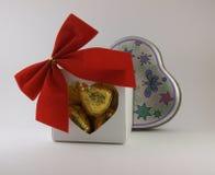 Ask av choklader och gåvan Arkivfoto