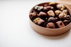 Ask av chokladgodisen arkivfoto