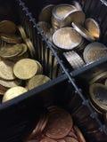 Ask av euromynt Arkivfoto
