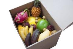 Ask av exotiska frukter Arkivbild