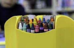 Ask av färgpennor & x28; included& x29 för snabb bana; Royaltyfri Bild