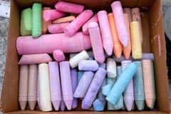 Ask av färgrik krita som används för trottoarkonst Royaltyfri Fotografi