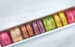 Ask av färgrika macarons Fotografering för Bildbyråer