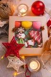 Ask av handgjorda julkakor Arkivfoton