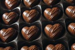 Ask av hjärta-formade chokladgodisar för dag för valentin` s Royaltyfri Fotografi