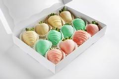 Ask av jordgubbar som täckas med färgrik chokladisläggning Royaltyfri Fotografi