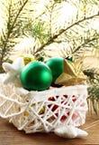 Ask av jultoys och garneringar Arkivbilder