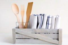 Ask av köksgeråd Hålla eller hushållbegrepp royaltyfria foton