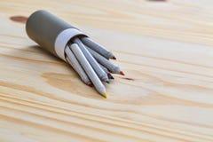 Ask av kulöra PencilsBox av kulöra blyertspennor Arkivbilder