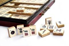 Ask av Mahjong tegelplattor royaltyfri fotografi