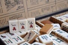 Ask av Mahjong tegelplattor royaltyfria bilder