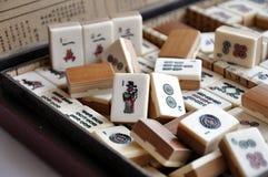 Ask av Mahjong tegelplattor royaltyfri foto
