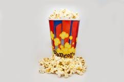 Ask av nytt popcorn på vit bakgrund Arkivfoto