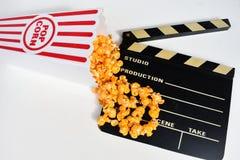 Ask av popcorn och filmen Clapperboard royaltyfri bild