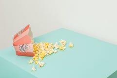 Ask av två färger med popcorn Royaltyfria Foton