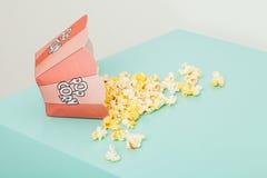Ask av två färger med popcorn Arkivfoton