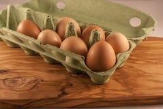 ask brutna fega äggägg inom yolk Arkivfoton