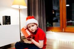 Ask för barnöppningsgåva från Santa Claus Arkivbild