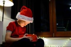 Ask för barnöppningsgåva från Santa Claus Royaltyfri Foto