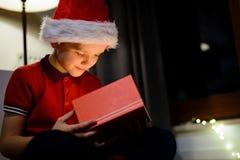 Ask för barnöppningsgåva från Santa Claus Arkivfoto