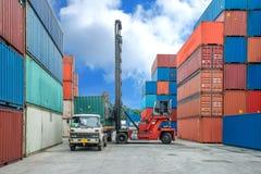Ask för behållare för kranlyftarmpäfyllning in i lastbilen i importexport l Arkivbild