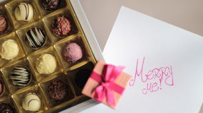 Ask för chokladgodis och en ask med förlovningsringen Royaltyfri Fotografi