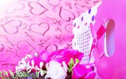 Ask för dag, för gåva för valentin` s av kraft papper med ett rött band och stearinljus Lantlig stil royaltyfria bilder
