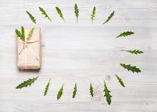 Ask för Eco stilgåva och blommaram över träbakgrunden Bästa sikt, lekmanna- lägenhet Royaltyfria Bilder