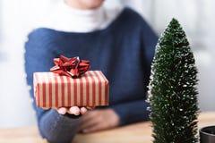 Ask för gåva för affärskvinnahandinnehav i julferie arkivbilder