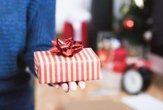 Ask för gåva för affärskvinnahandinnehav i julferie royaltyfri fotografi