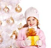 Ask för gåva för barnholdingjul. Royaltyfri Foto