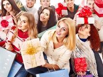 Ask för gåva för gruppfolkholding. Royaltyfria Bilder