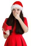 Ask för gåva för julflickainnehav Arkivfoto