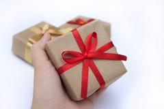 Ask för gåva för handkvinna hållande Royaltyfri Foto