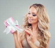 Ask för gåva för kvinnaöppning rosa med det vita silkeslena bandet Arkivbild