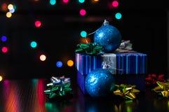 Ask för gåva för nytt år för jul närvarande med garnering på tabellen royaltyfria foton