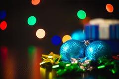 Ask för gåva för nytt år för jul närvarande med garnering på tabellen royaltyfri bild