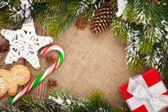 Ask för jul mat, dekor- och gåvamed snögranträdet Royaltyfri Foto