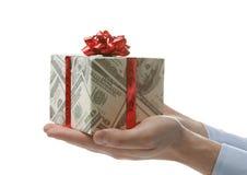 Ask för maninnehavgåva som slås in i dekorativt papper med dollarmodellen på vit bakgrund arkivbilder